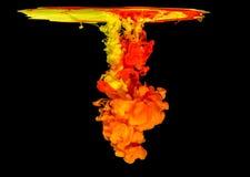 Kulört färgpulver i vatten som skapar abstrakt form Royaltyfri Foto