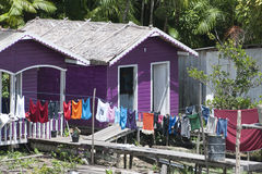 Kulört hus med tvätterit Arkivfoto