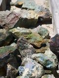 Kulört vaggar, gemstones och mineraler som är till salu i Bryce Village i Utah USA Royaltyfri Fotografi