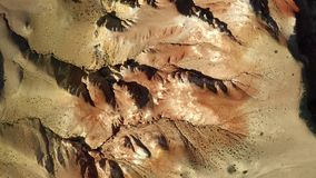 kul?ra rocks Marsinv?narelandskap Flyget över rött vaggar bildande i sydliga berg Antennskott, 4K lager videofilmer