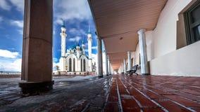 Kul Sharif moské i vinter mot den molniga himlen 3 royaltyfri foto