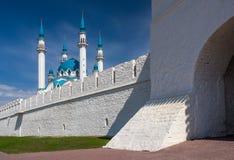 Kul Sharif Mosque und die Transfiguration ragen in Vordergrund hoch Lizenzfreie Stockfotos