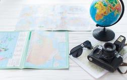 Kula ziemska i mapa na białym tle z kamerą Pojęcie podróż zdjęcia stock