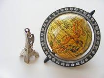 Kula ziemska i wieża eifla model na białym tle Obraz Royalty Free