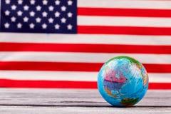Kula ziemska na flaga amerykańskiej tle Zdjęcia Stock