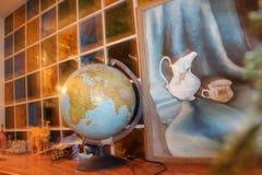 Kula ziemska na tle szklana ściana Zdjęcia Royalty Free