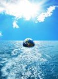 Kula ziemska unosi się na morzu Obrazy Stock