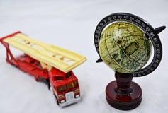 Kula ziemska z drewnianym stojakiem i ciężarowy model na bielu - transport Obrazy Royalty Free