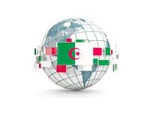 Kula ziemska z flaga Algeria odizolowywał na bielu Zdjęcie Stock