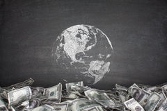 Kula ziemska z stosem dolarowi rachunki Zdjęcia Stock