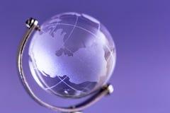 Kula ziemska zrobi szkło na purpurowym tle szklana kula ziemska glob Zdjęcie Royalty Free