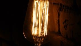 Kulanärbild De ljusa exponeringarna Tappningbelysninggarnering Klassisk edison lampa m?rk lightbulb lager videofilmer