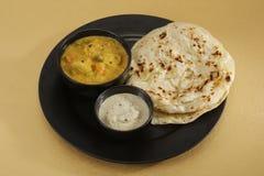 Kulcha di Aloo con il chutney della noce di cocco e del sambar - curry indiano del sud Fotografie Stock Libere da Diritti