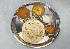 Kulcha di Aloo con il chutney della noce di cocco e del sambar - curry indiano del sud Fotografia Stock Libera da Diritti