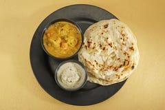 Kulcha di Aloo con il chutney della noce di cocco e del sambar - curry indiano del sud Immagine Stock