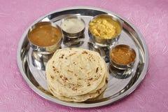 Kulcha di Aloo con il chutney della noce di cocco e del sambar - curry indiano del sud Fotografia Stock