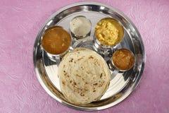 Kulcha di Aloo con il chutney della noce di cocco e del sambar - curry indiano del sud Immagini Stock