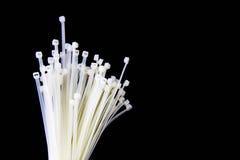 Kulebiak nylonu kabel wiąże na czarnym tle Fotografia Stock