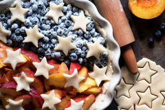 Kulebiak z świeżymi czarnymi jagodami i brzoskwiniami, przed piec Fotografia Stock
