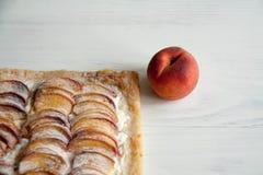 Kulebiak z brzoskwini i chałupy serem Zdjęcie Stock