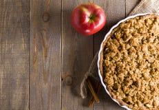 Kulebiak z rozdrobni na deski tle Apple rozdrobni Jabłczany kulebiak z rozdrobni na drewnianym tle Fotografia Royalty Free