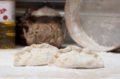 kulebiaka surowy domowej roboty kuchenny stół Obraz Royalty Free