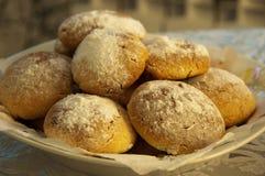 kulebiaki chlebowi w koszykowym ciastku zdjęcia royalty free