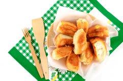 Kulebiaki na talerzu z ręcznikiem na białym tle Fotografia Stock