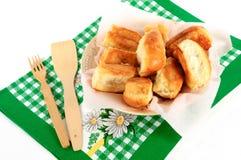 Kulebiaki na talerzu z ręcznikiem na białym tle Zdjęcie Royalty Free