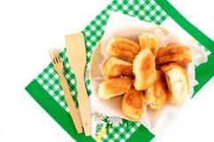 Kulebiaki na talerzu z ręcznikiem na białym tle Obrazy Stock