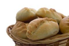 Kulebiaki w koszu Na biel Zdjęcia Royalty Free