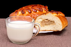 Kulebyaka用圆白菜和牛奶 库存图片