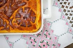 Kulebyaka Πίτα λάχανων στο κεντημένο ύφασμα Στοκ Φωτογραφίες