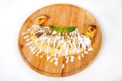 Kulebyaka fresco quente no fundo branco imagem de stock