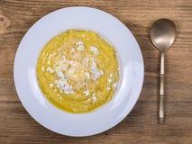 Kulesha - Hutsul玉米粥,烹调在水,服务用乳酪、黄油、乳酪和酸性稀奶油,西乌克兰 免版税库存图片