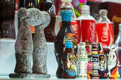 KULESHOVKA, ΡΩΣΙΑ - 13 ΔΕΚΕΜΒΡΊΟΥ 2018: Μπουκάλια της Coca-Cola αναμνηστικών στο μουσείο στοκ εικόνες