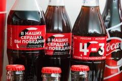 KULESHOVKA RYSSLAND - 13 DECEMBER 2018: Coca - cola på burk, flaskor i museum arkivfoton