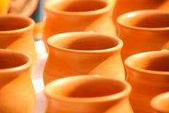 Kulhar - καφετιά χωμάτινα φλυτζάνια σε μια σειρά Στοκ Φωτογραφίες
