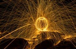 Kuli ognistej przedstawienie zadziwia przy nocą obrazy stock