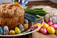 Σύνθεση Πάσχας με το ορθόδοξα γλυκά ψωμί, kulich και τα αυγά Έννοια προγευμάτων διακοπών Πάσχας στοκ φωτογραφίες