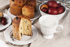 Kulich orthodoxe traditionnel de nourriture de Pâques de chrétien avec des raisins secs photo libre de droits