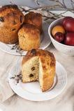 Kulich orthodoxe traditionnel de nourriture de Pâques de chrétien avec des raisins secs photos libres de droits