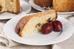 Kulich orthodoxe traditionnel de nourriture de Pâques de chrétien avec des raisins secs photographie stock