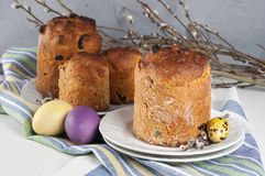Kulich orthodoxe traditionnel de nourriture de Pâques de chrétien avec des raisins secs images libres de droits