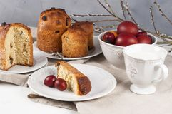 Kulich orthodoxe traditionnel de nourriture de Pâques de chrétien avec des raisins secs Photographie stock libre de droits