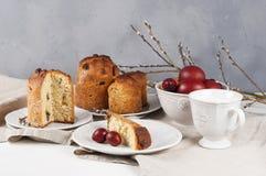 Kulich ortodosso tradizionale dell'alimento di pasqua del cristiano con l'uva passa Fotografia Stock
