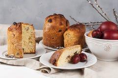 Kulich ortodoxo tradicional do alimento de easter do cristão com passas Foto de Stock