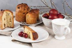Kulich ortodoxo tradicional do alimento de easter do cristão com passas Fotografia de Stock Royalty Free