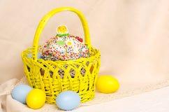 Kulich tort z Easter dekoracją i barwionymi jajkami Zdjęcie Stock