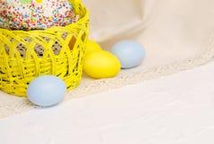 Kulichcake met Pasen-decoratie en gekleurde eieren Stock Fotografie